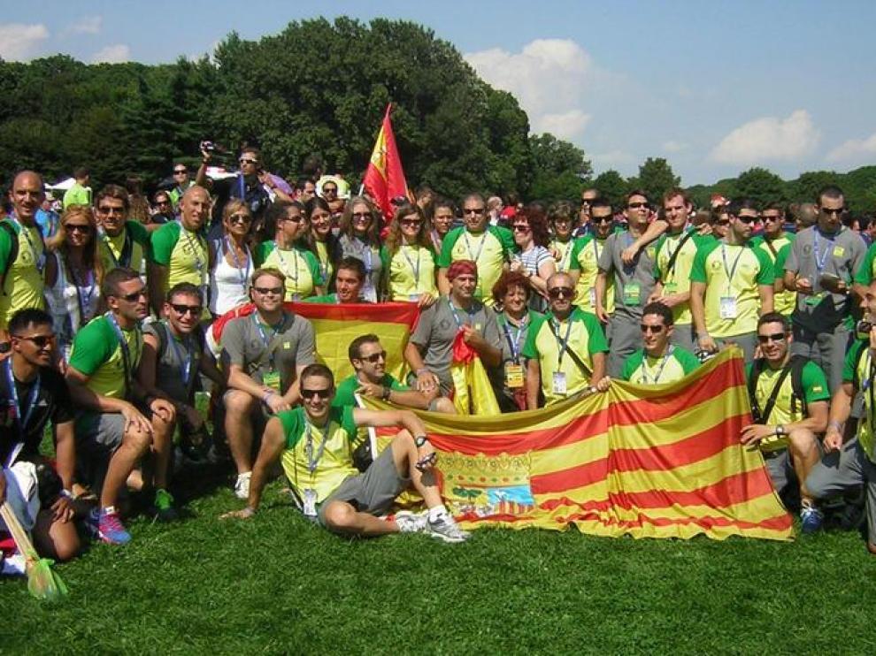 Varios bomberos y policías posan con banderas de Aragón y de España