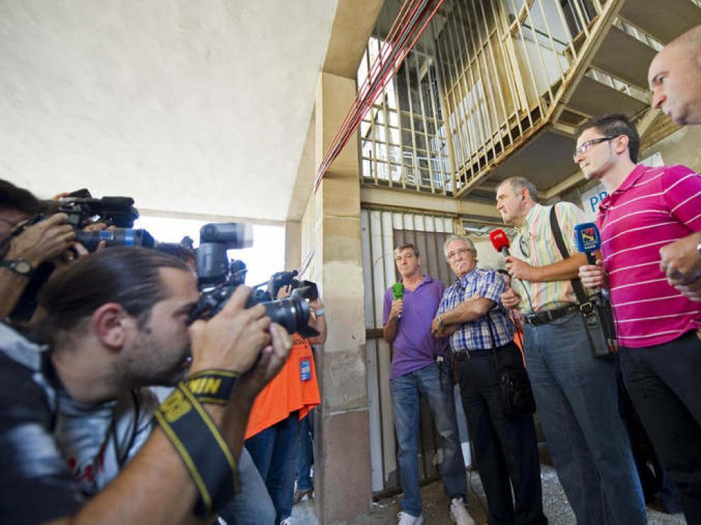Varios locutores posan ante los medios gráficos con esparadrapo en la boca