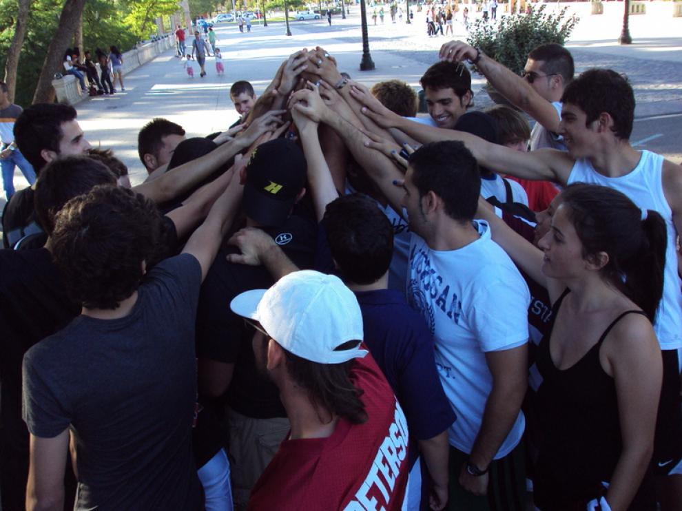 Los participantes hacen el ejercicio de 'romper' a la conclusión de las pruebas.