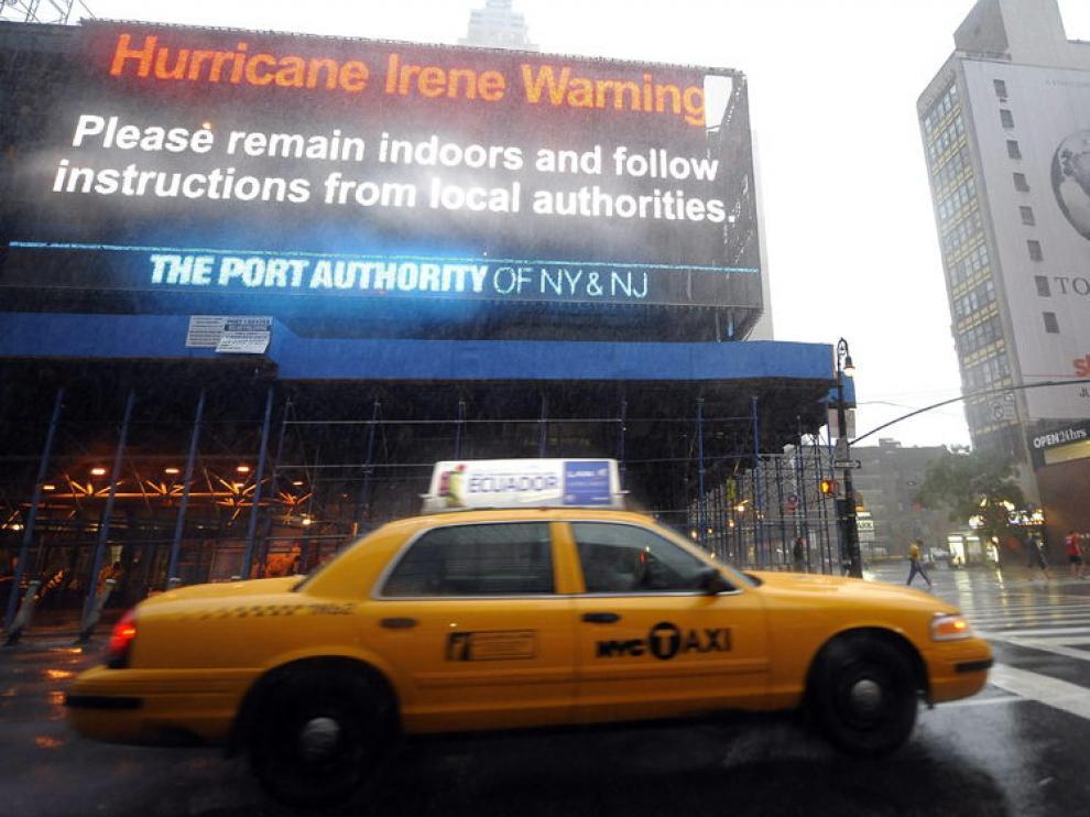Un cartel en el puerto de Nueva York advierte del huracán Irene