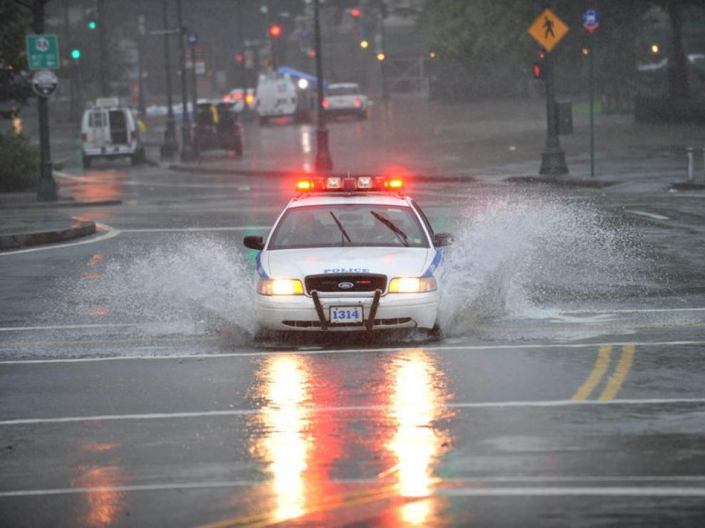 Un coche de la Policía de Nueva York patrullando los alrededores de Manhattan