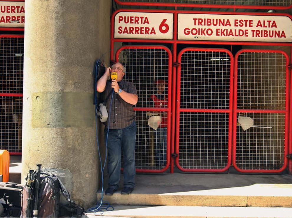 Un periodista, en una puerta de San Mamés ante la imposibilidad de acceder al estadio