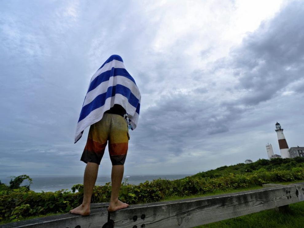 Un surfista observa las olas del océano Atlántico