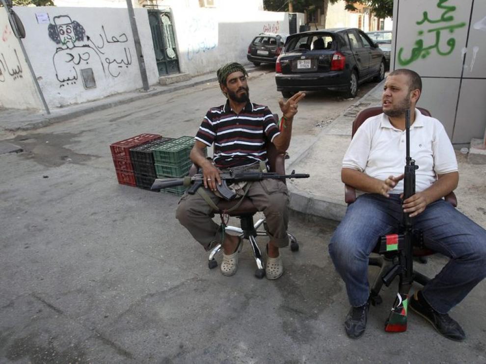 Dos rebeldes se ocupan del control de las calles de Trípoli