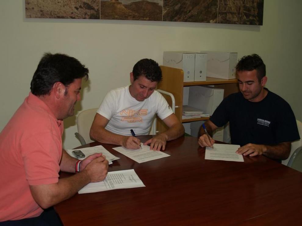 Firma entre los responsables comarcales y del taller donde se impartirán las clases.