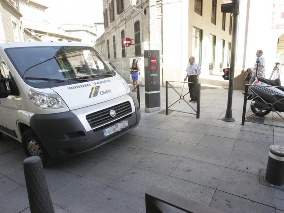 Una furgoneta espera a que se baje el bolardo para poder acceder a la plaza de Luis López Allué.