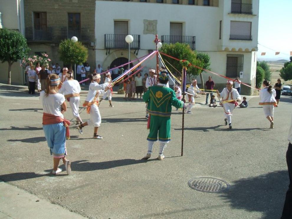 Gracias a trajes antiguos conservados por los vecinos, se ha podido recrear el dance.