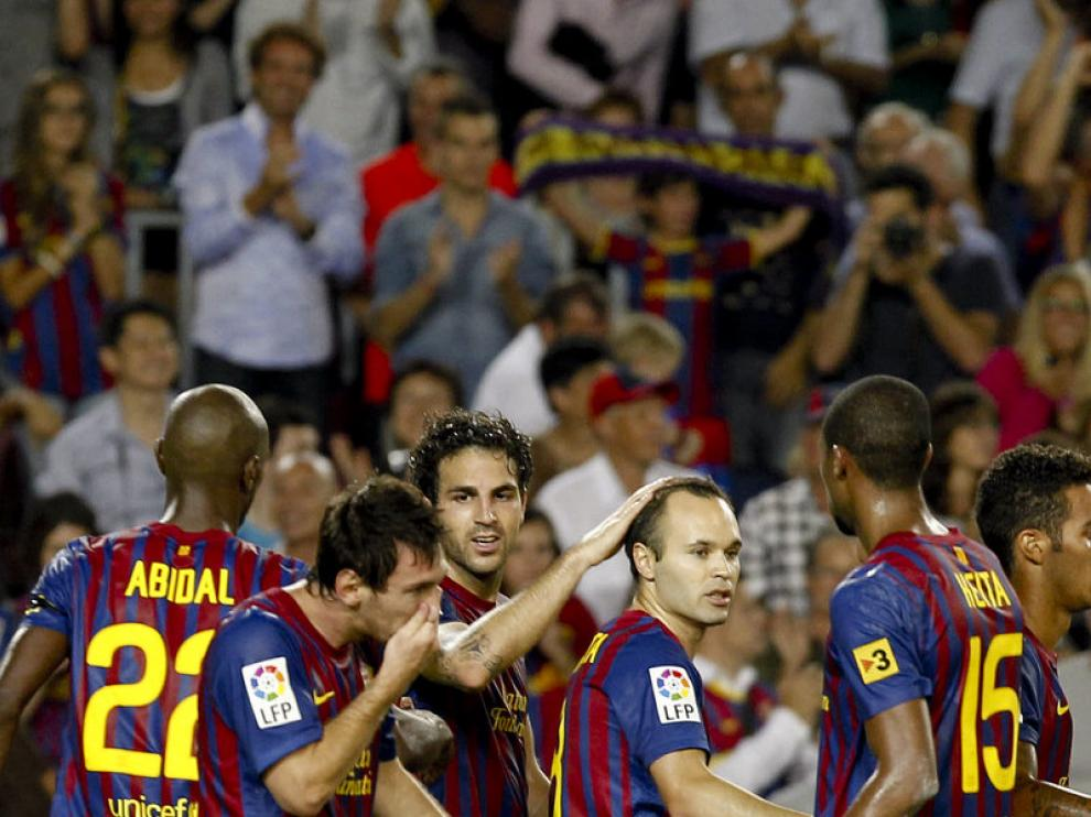 Fábregas celebra su tanto junto a sus compañeros del Barcelona.