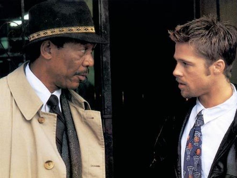 El teniente Somerset (Morgan Freeman) y el detective John Mills (Brad Pitt) en un fotograma de la película