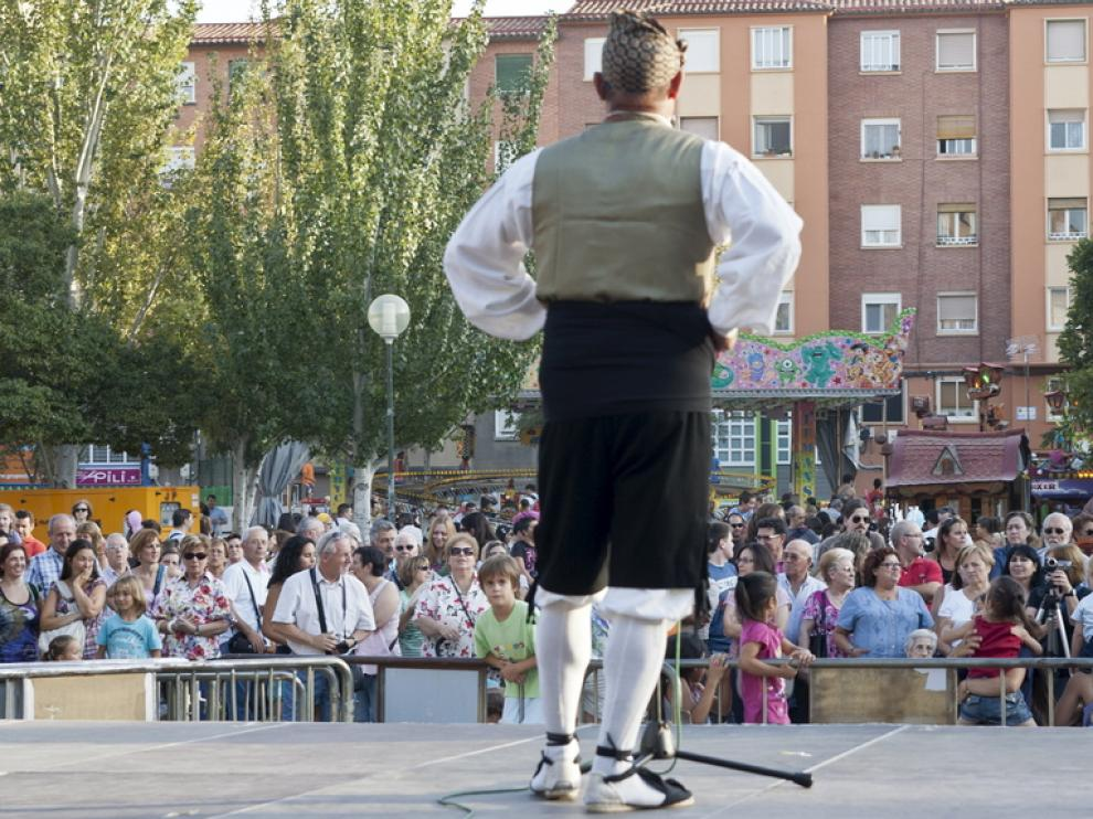 El grupo de jotas La Fiera cantó y tocó ayer en la plaza Mayor.
