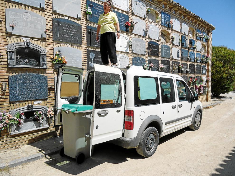 Carmen Ibuarben tuvo que meter su furgoneta y auparse desde un contenedor para llegar al nicho.