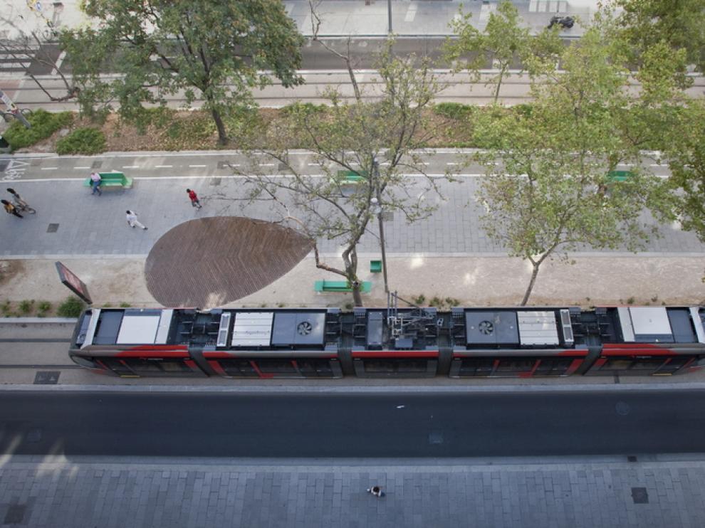 Un tranvía circula por la avenida de Fernando el Católico