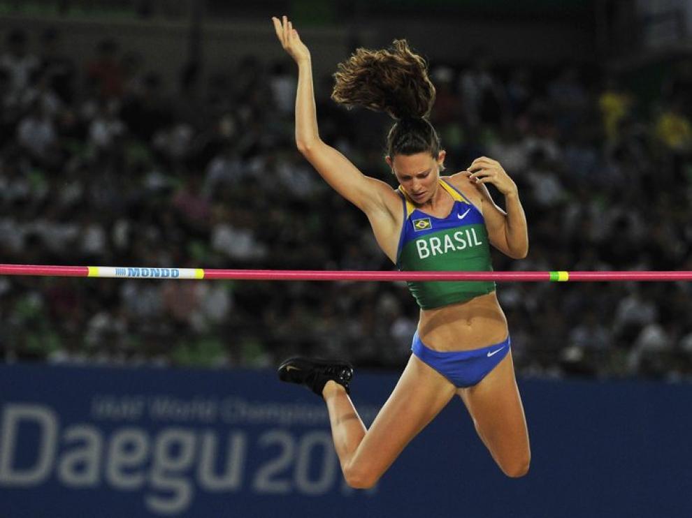 La brasileña Fabiana Murer compite en la final femenina de salto con pértiga