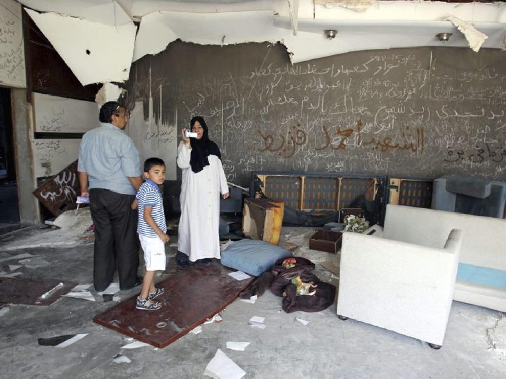 Los libios visitan una de las viviendas de Gadafi