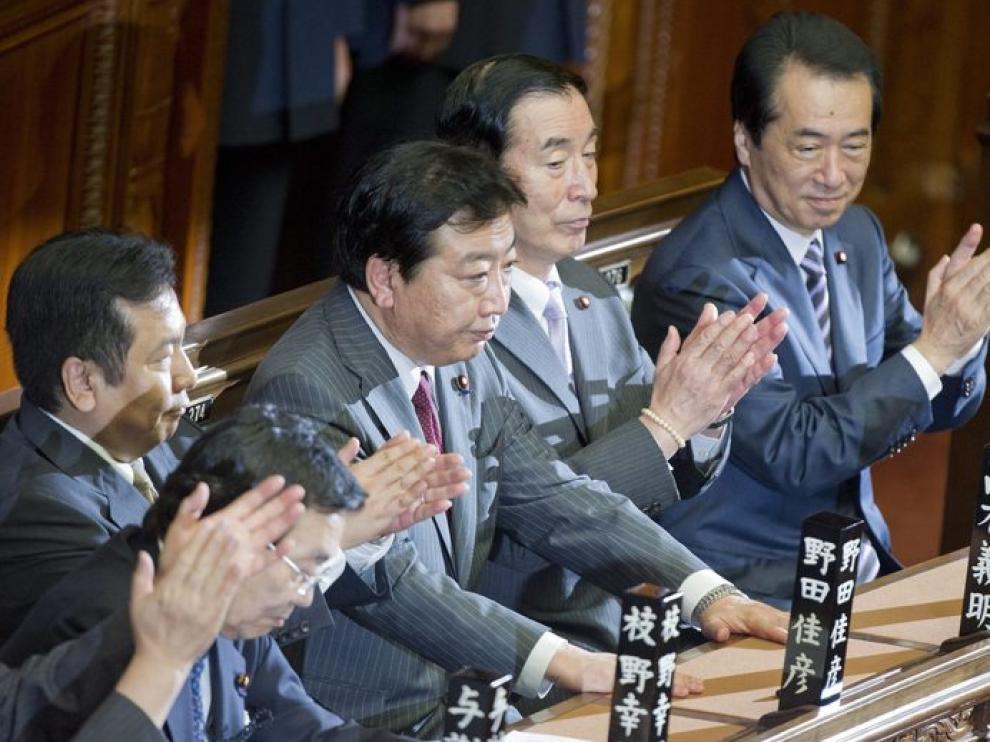 El presidente del gobernante Partido Democrático (PD), Yoshihiko Noda (c), recibe aplausos tras ser eligido