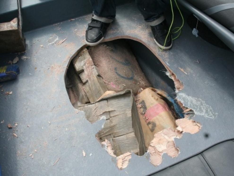 Los detenidos transportaban la droga oculta en la quilla de la embarcación averiada