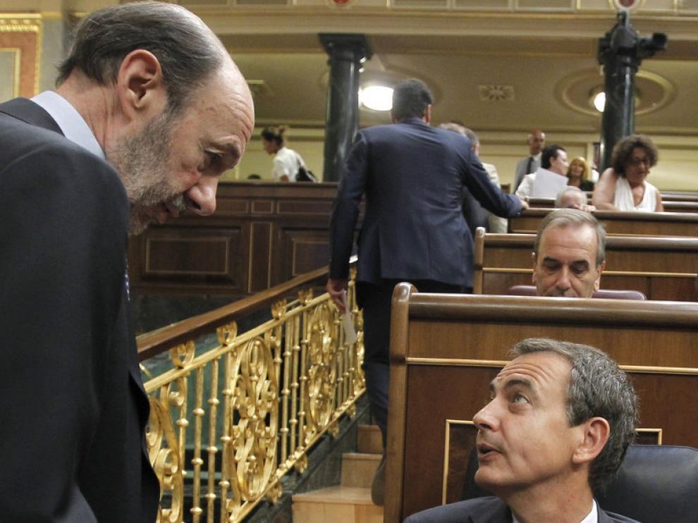 Rubalcaba conversa con Zapatero en el pleno del Congreso