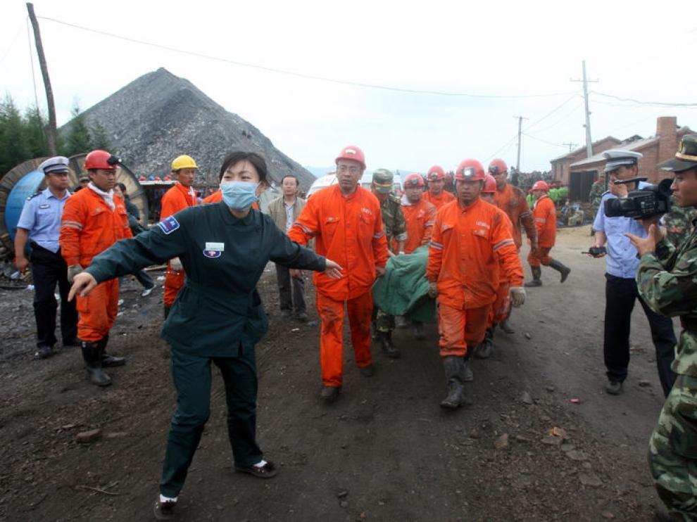 Trabajadores rescatados de una mina al noreste de China