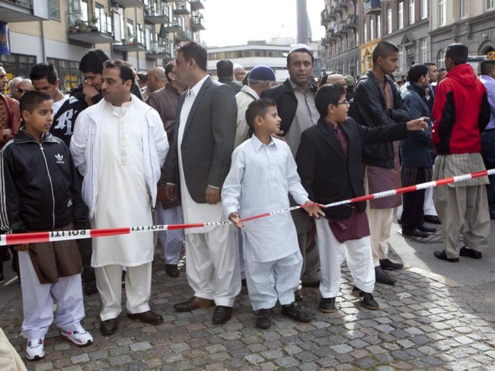 Musulmanes en la escena donde un jóven fue asesinado a tiros