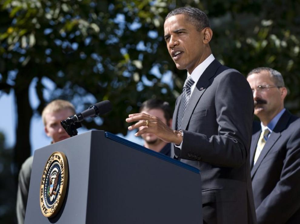 Barack Obama dando un discurso sobre la ley de transporte terrestre.