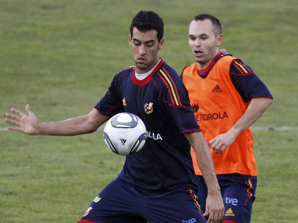 Sergio Busquets junto a Iniesta