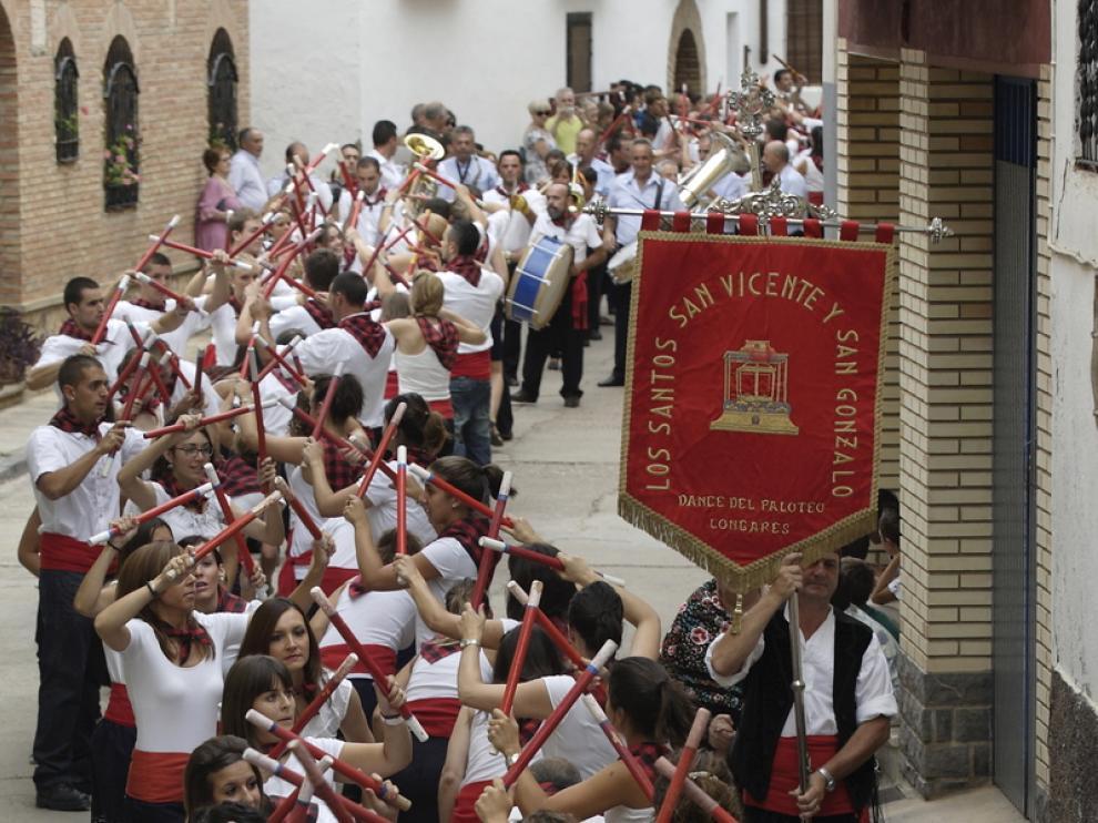 Los vecinos de Longares bailan en honor de sus santos.