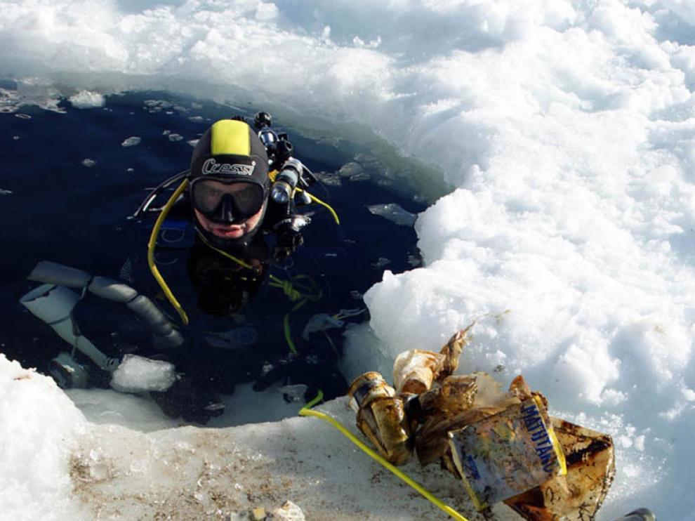 Los investigadores encuentran numerosos desperdicios en el fondo de los ibones.