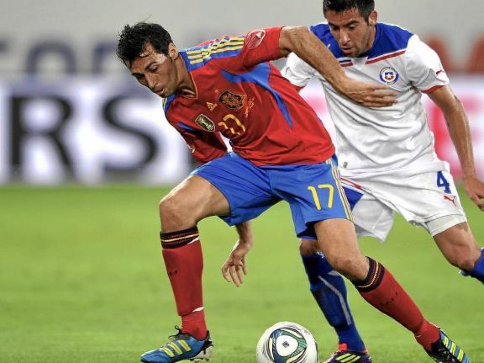 Arbeloa protege el balón ante la presión del chileno Isla.