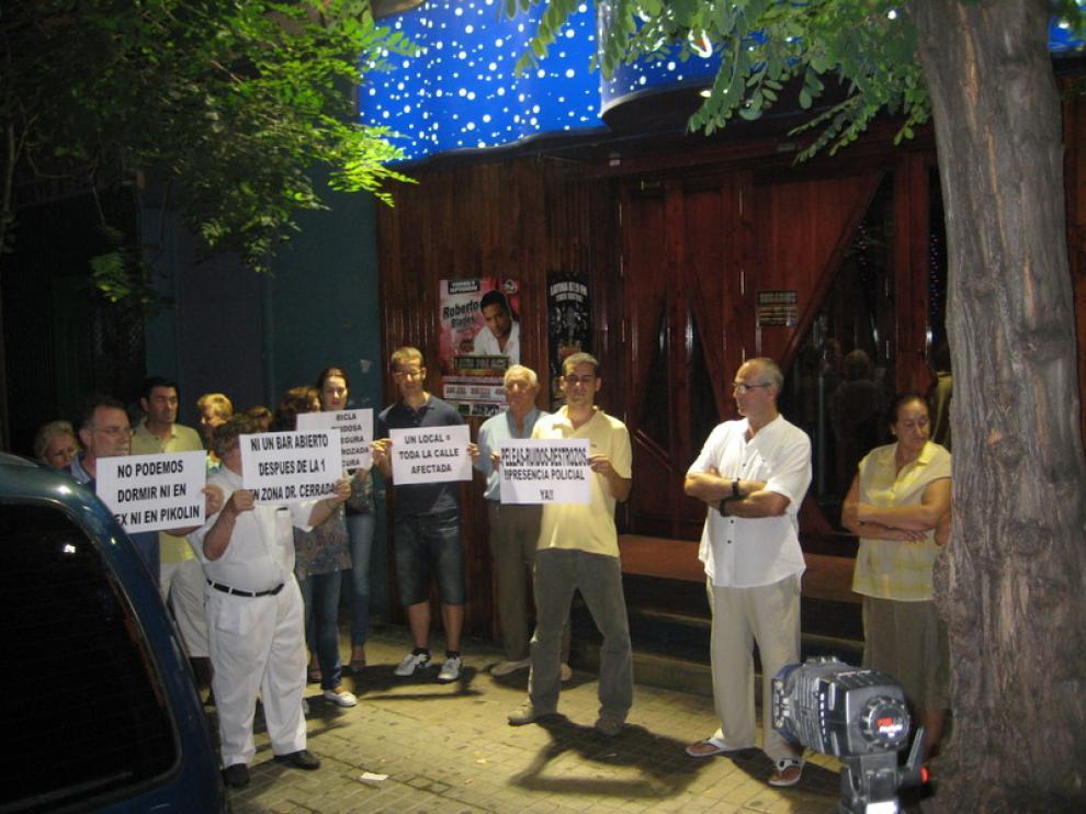 Los vecinos de la calle Ricla en la protesta ante la discoteca de la misma calle