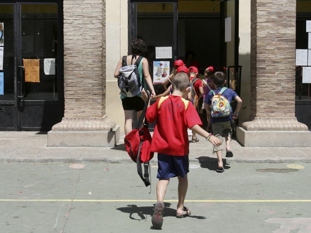 Varios alumnos entran en el colegio San Vicente de Huesca