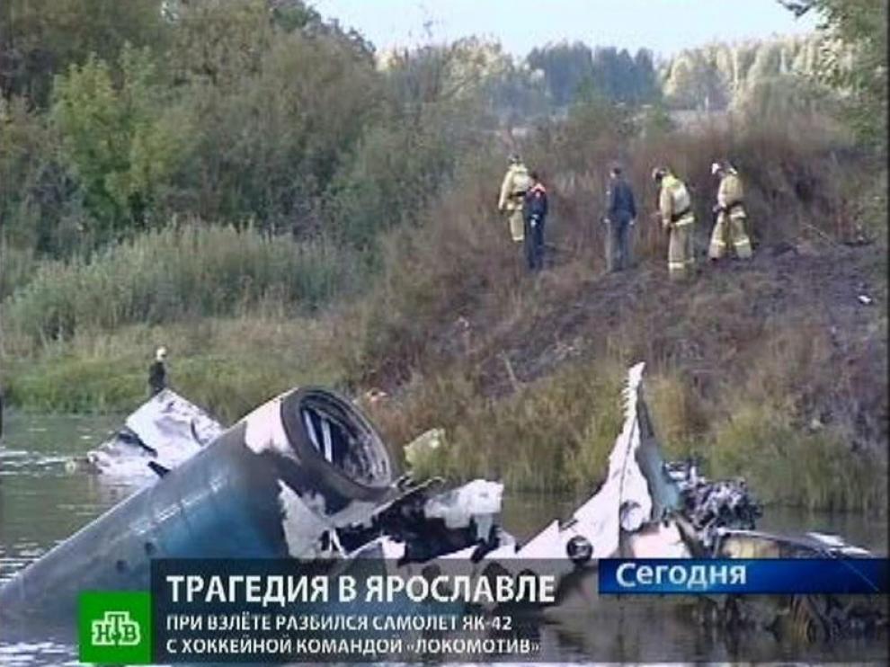 Captura de televisión del canal ruso NTV que muestra restos de la aeronave tras el accidente