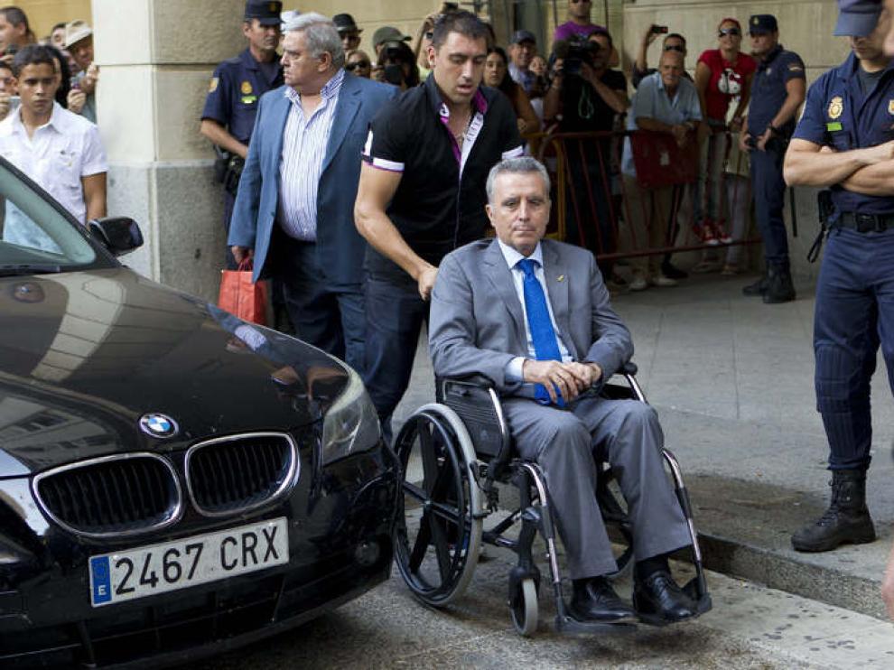El torero, en silla de ruedas, a su llegada a los juzgados