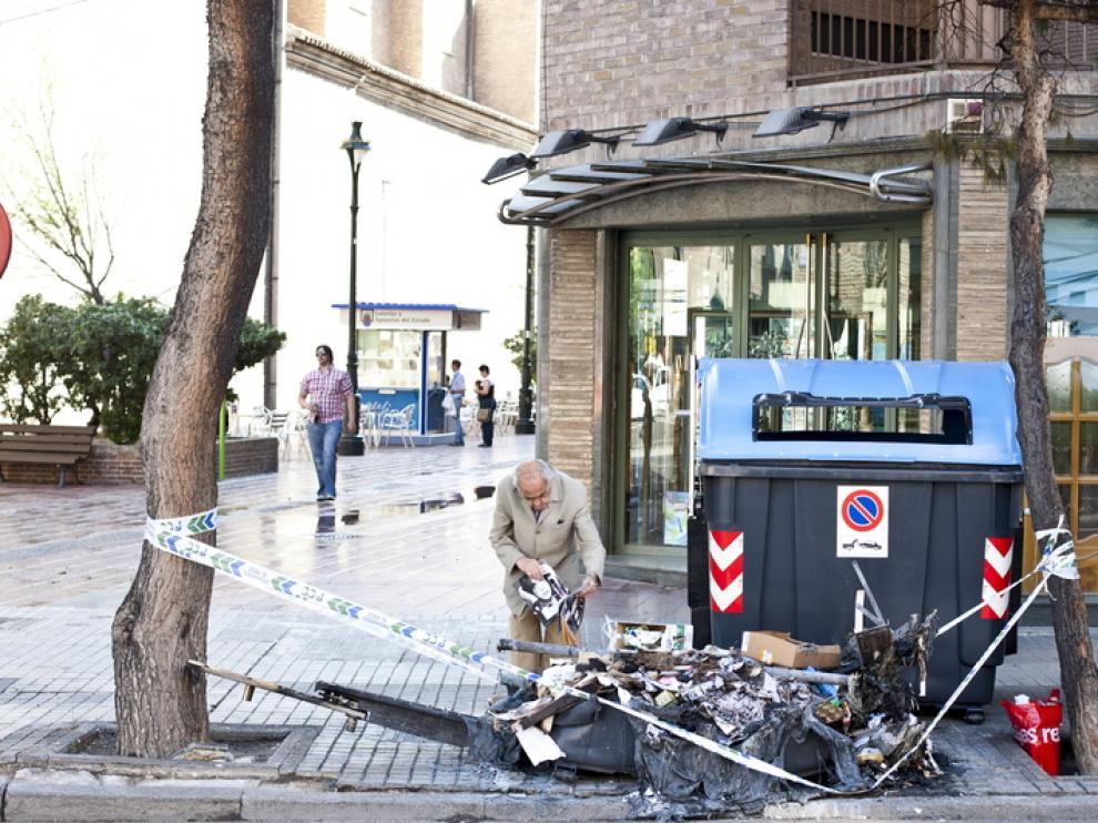 Contenedor quemado en el paseo de María Agustín