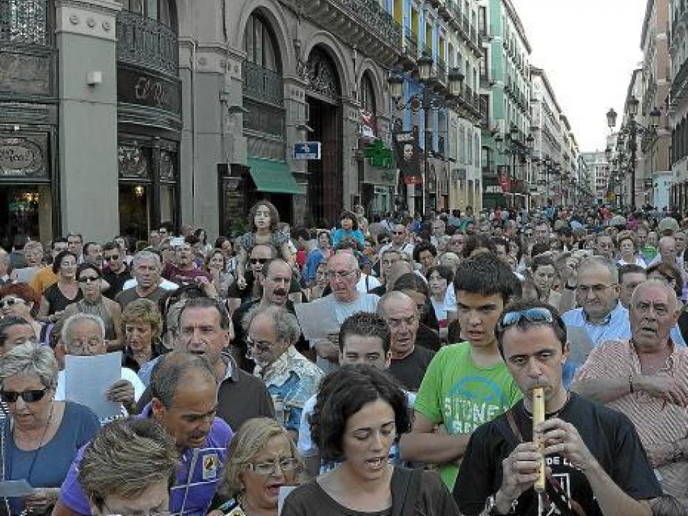 Medio millar de zaragozanos canta el 'Canto de la Libertad' en recuerdo de Labordeta en el primer aniversario de su fallecimiento