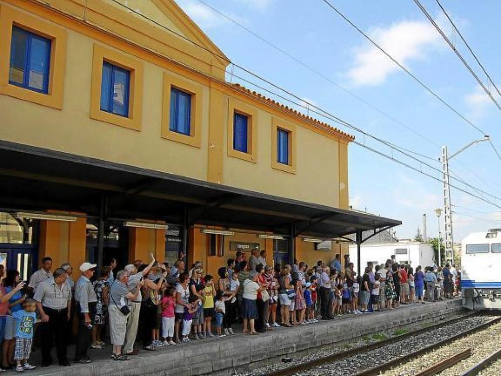 Numerosos vecinos de Monzón y otras localidades cercanas recibieron al Tren Azul en la estación de Monzón Río Cinca.