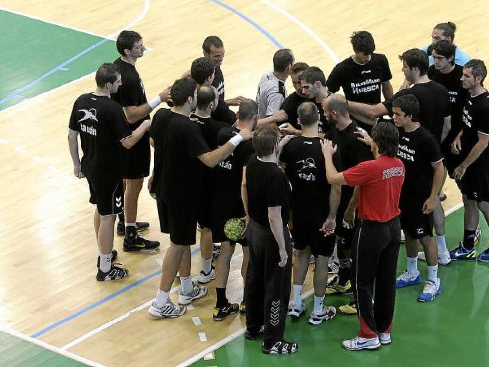 La plantilla del Balonmano Huesca, durante el entrenamiento de ayer por la tarde.