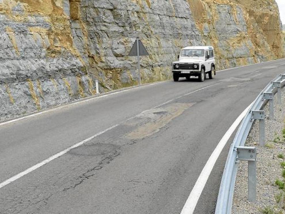 La carretera, en la foto, ha tenido que ser parcheada ya en dos ocasiones.