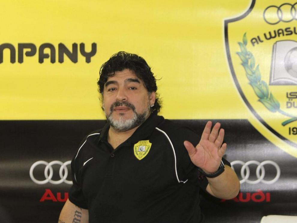 Diego Armando Maradona saluda tras una rueda de prensa