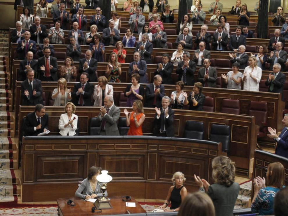 Zapatero recibe la ovación del grupo socialista