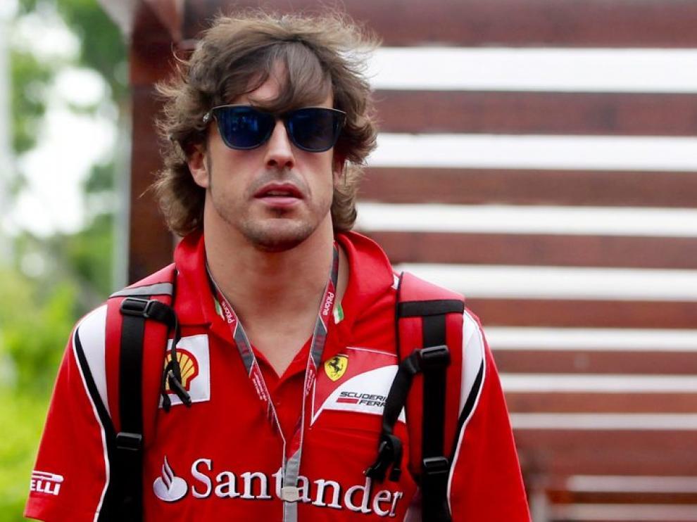 Fernando Alonso sale del paddock de Singapur