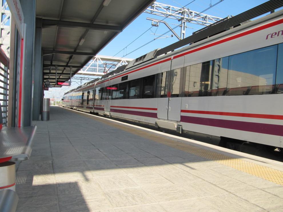 Un tren de Cercanías en Casetas