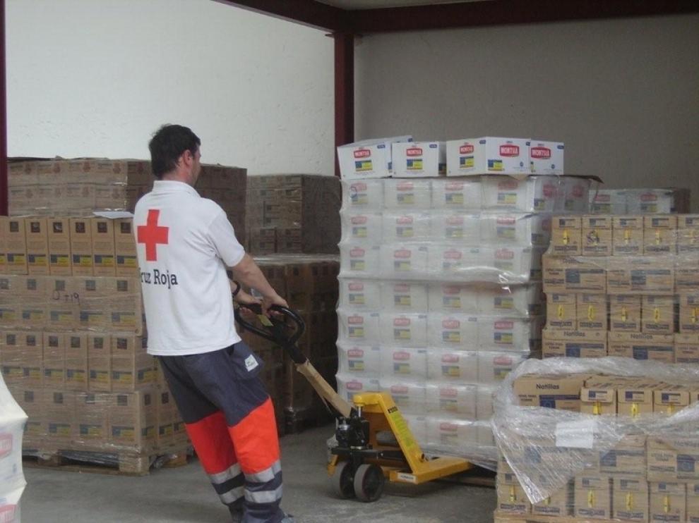 Voluntarios de Cruz Roja en un almacén donde se distribuyen los alimentos.