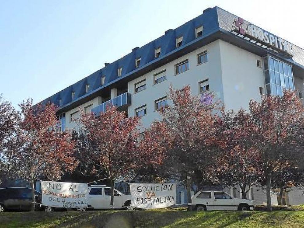 Varias pancartas denuncian la situación del Hospital de Jaca a la entrada del centro.
