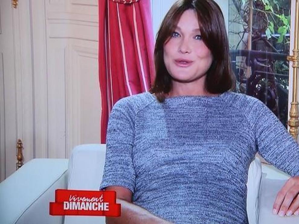 Carla Bruni, a punto de dar a luz, aparece en televisión