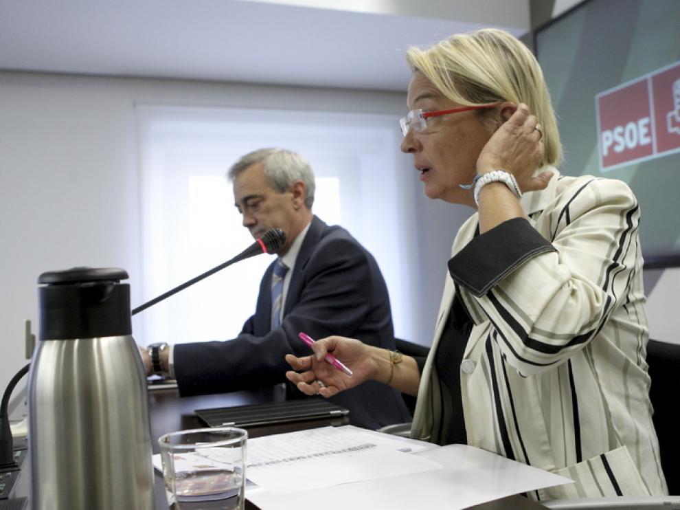 Eva Almunia junto a Javier Sada, en su comparecencia
