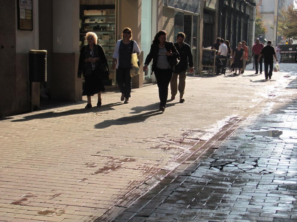 Las baldosas rotas en la calle Cindo de Marzo