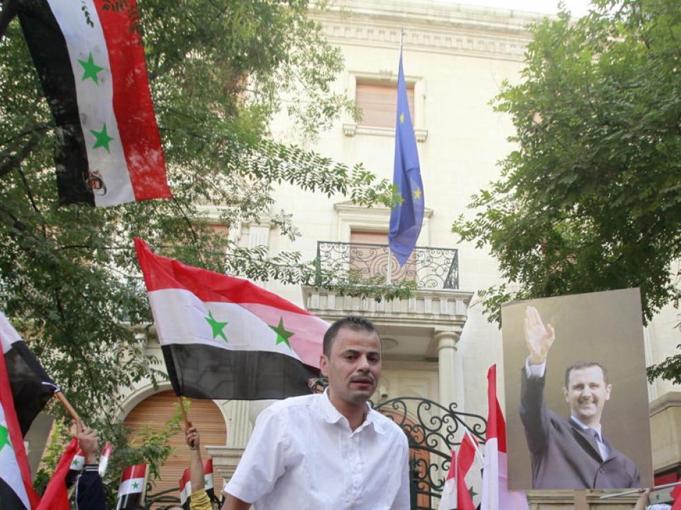 Manifestantes afectos al régimen de Bachar al Assad gritan durante una concentración en Damasco