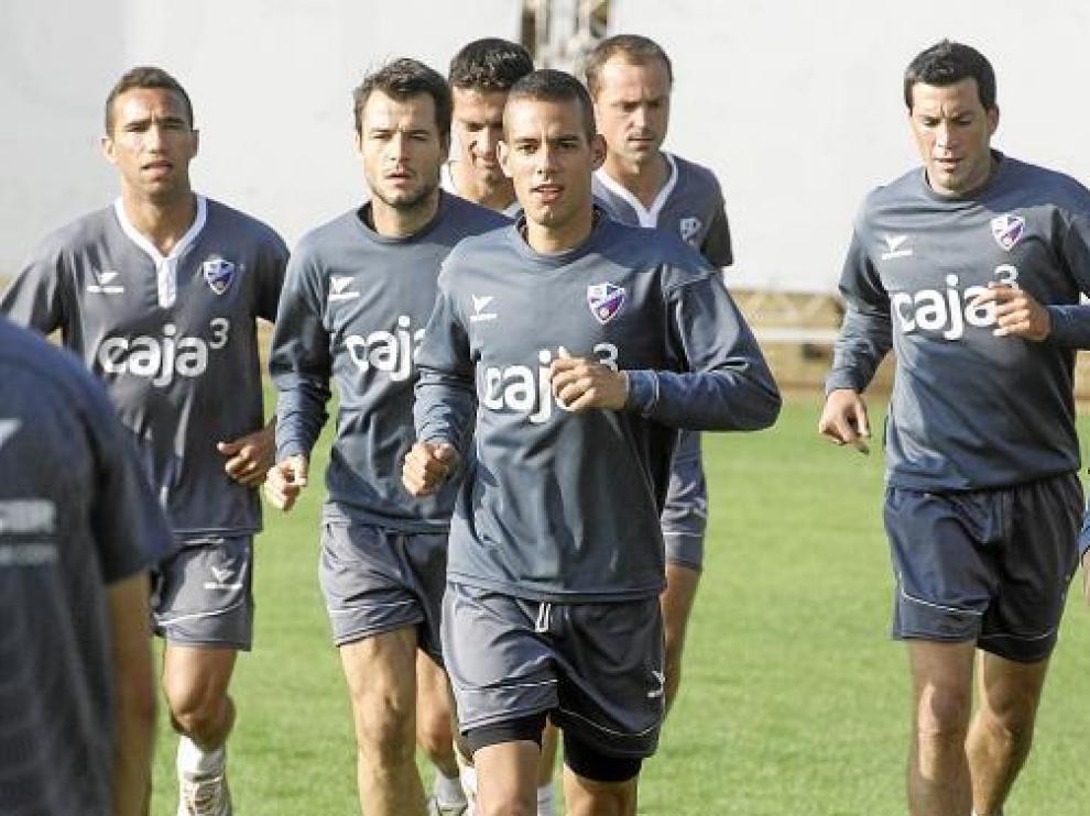 Un grupo de futbolistas del Huesca, con Sorribas a la derecha, en la sesión de ayer.