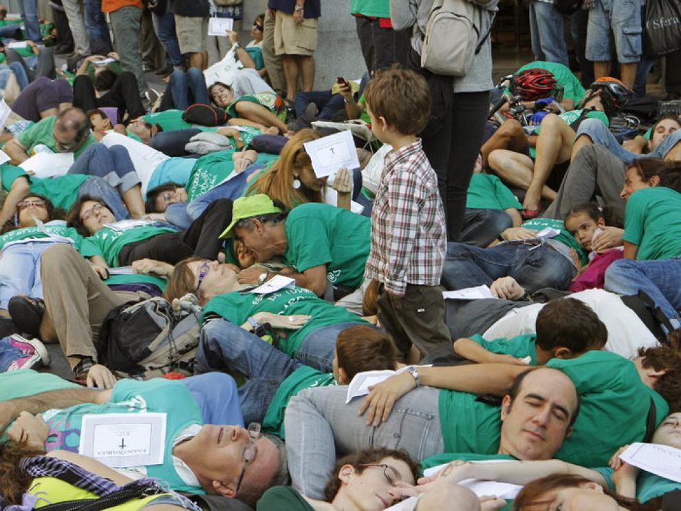 Centenares de profesores han escenificado la muerte de la educación pública en Madrid