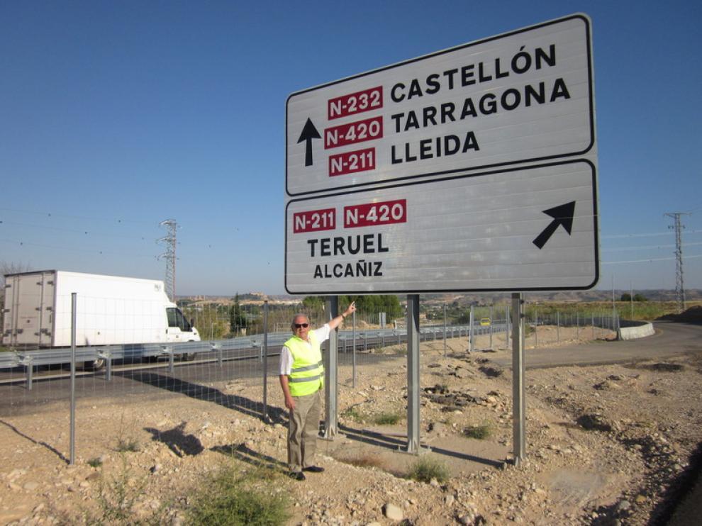 Miguel Omella, de la Junta de Ferrocarriles y Carreteras, en un cartel en el que no se anuncian servicios.